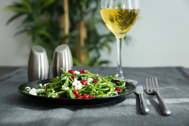 おいしいルッコラ サラダをテーブルに載せたプレート