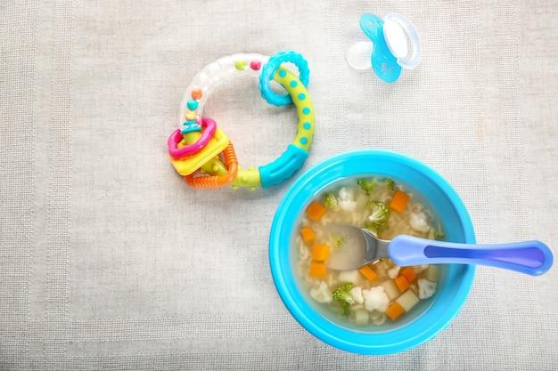 テーブルの上においしい赤ちゃんのスープでプレート