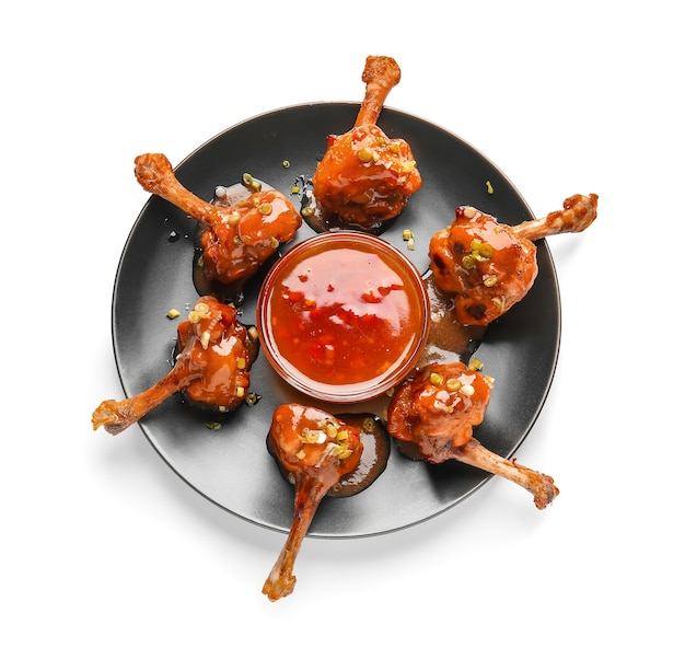 흰색 표면에 맛있는 치킨 막대 사탕과 소스와 함께 접시