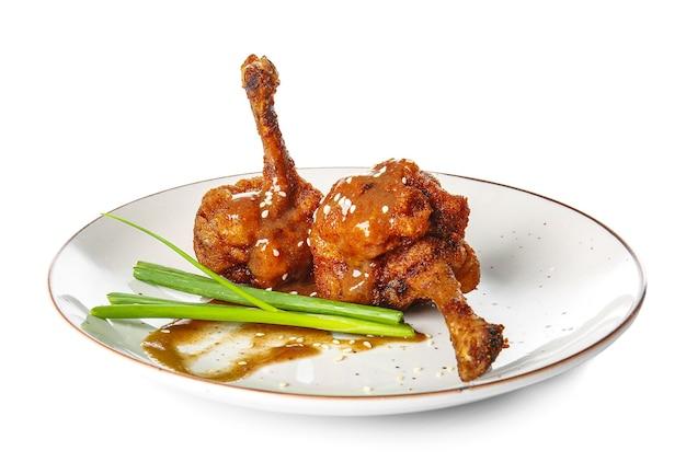흰색 표면에 맛있는 치킨 막대 사탕과 접시