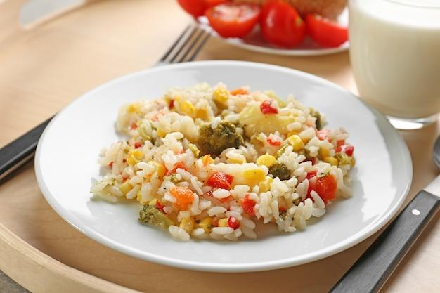 Тарелка с вкусной едой на подносе. концепция школьного обеда