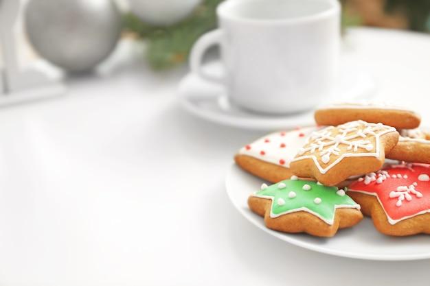 テーブルの上においしいジンジャーブレッドクッキーをプレート、クローズアップビュー
