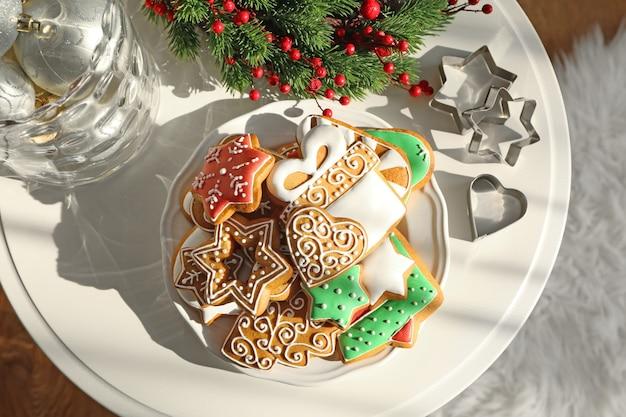 テーブルの上においしいジンジャーブレッドクッキーをプレート