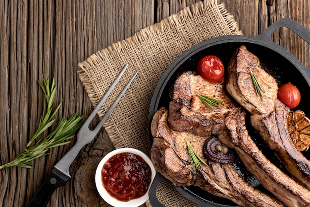 Тарелка с вкусным мясом и соусом