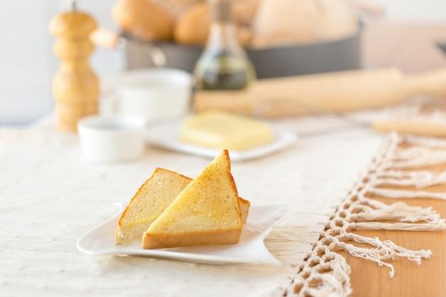 꿀, 치즈와 함께 맛있는 토스트와 함께 접시