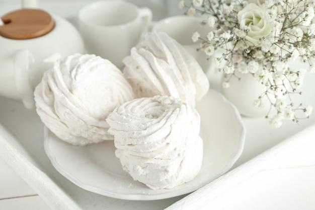 쟁반에 맛있는 흰색 마시멜로 접시