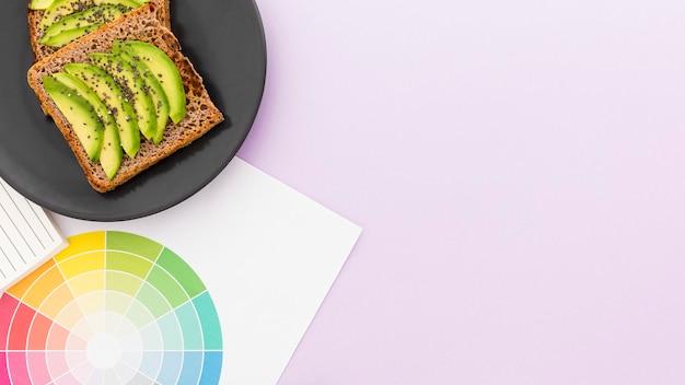 朝食用コピースペースのトーストとアボカドのプレート