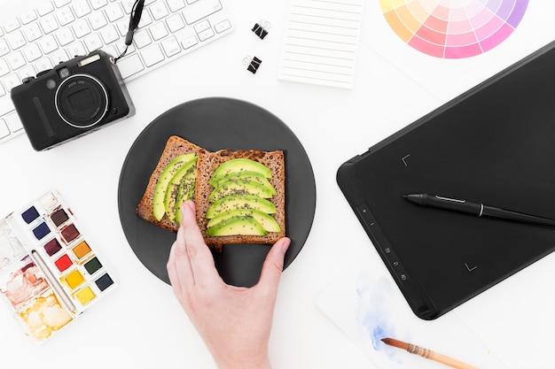 Тарелка с тостами и авокадо на завтрак