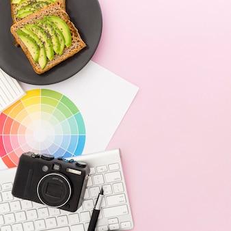 Piatto con toast e avocado per la colazione in ufficio