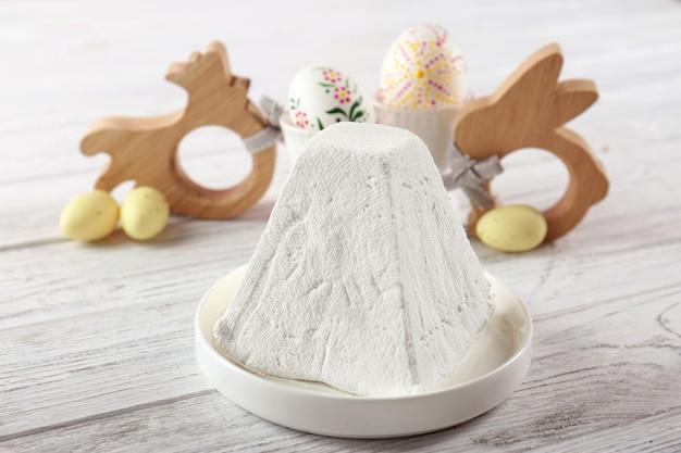 Тарелка с традиционным пасхальным творожным десертом на столе