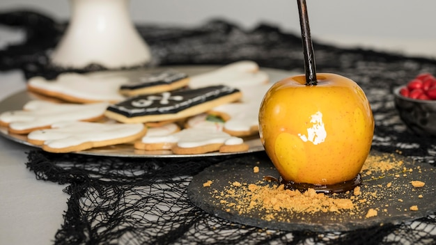 Piastra con dolcetti sul tavolo
