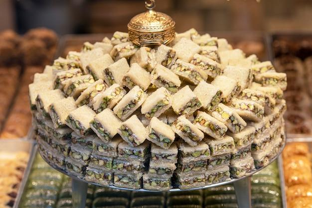 トルコの店でロクム、甘いペストリーを盛り付けます