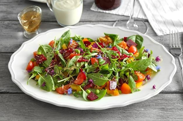 テーブルの上に便利なビートサラダとプレート