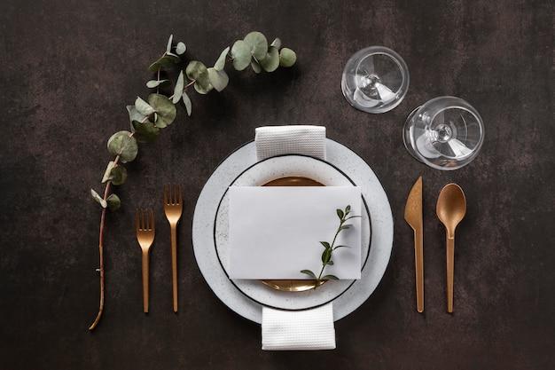 접시, 수저 및 유리 잔 평평