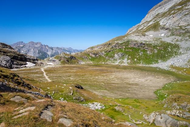Озеро платес, lac des assiettes, савойя, французские альпы