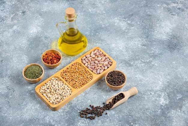 大理石の表面に生豆のプレートとオイルのボトル