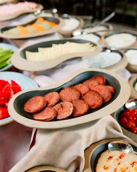 Piatti di salsicce e formaggio