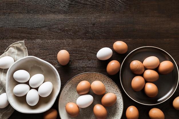 テーブルの上の卵のプレート