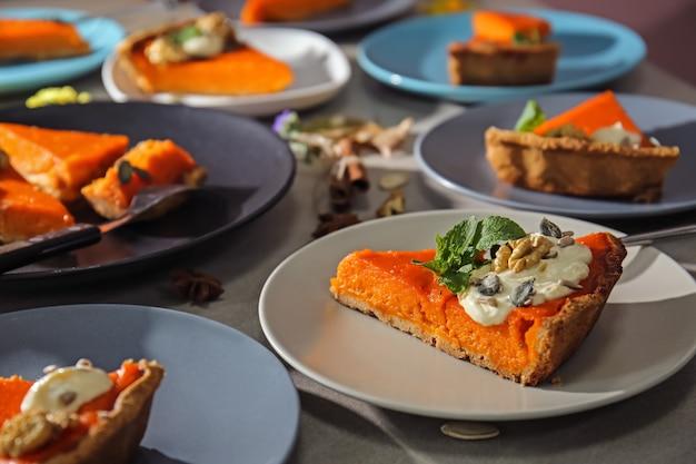 테이블에 맛있는 호박 파이 조각 접시