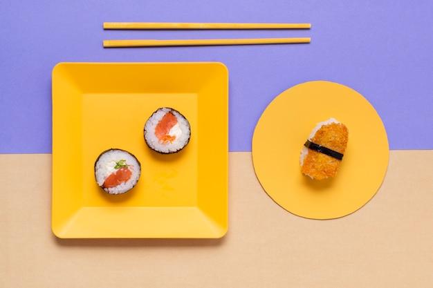 テーブルの上の寿司のプレート