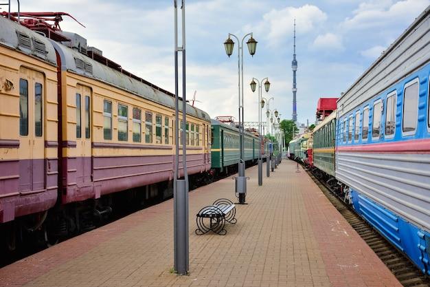 리가 역의 박물관에 있는 희귀 열차 사이 승강장