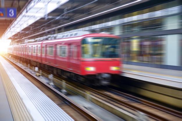 Платформа с поездом в движении