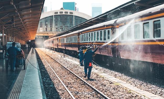 Platfromに停車している機関車の清掃に役立つクリーナー。