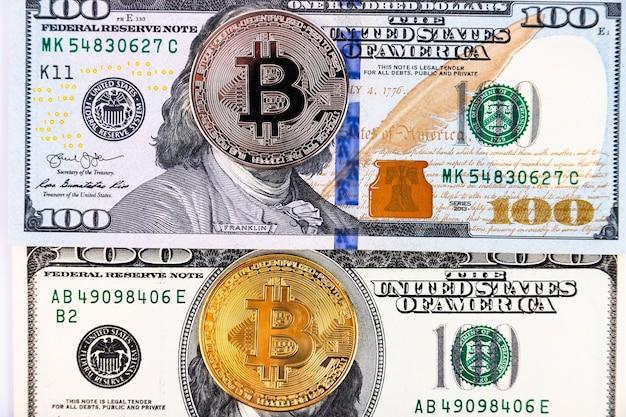 100ドル札の背景にプラチナとゴールドのビットコイン
