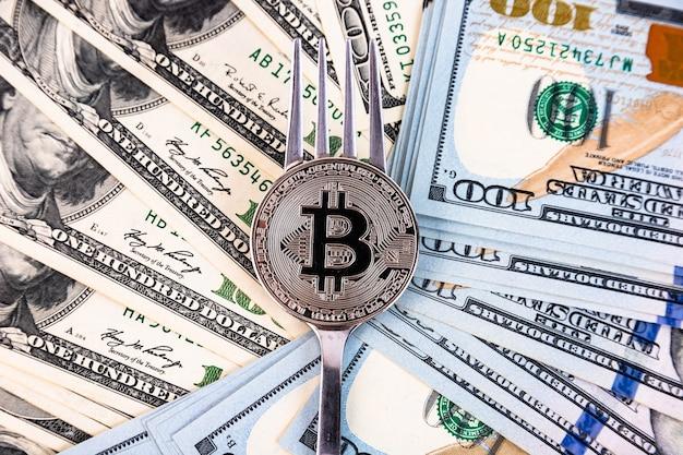 100ドル札の背景にプラチナビットコイン