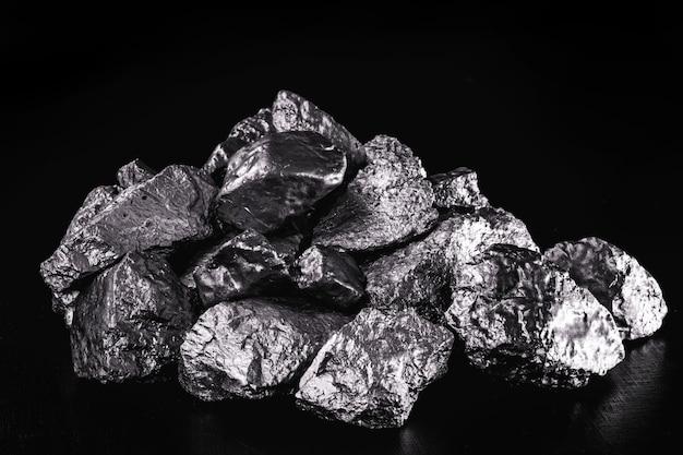 백금은 화학 산업에서 질산, 실리콘 및 벤젠 생산을 위한 촉매로 사용되는 화학 원소입니다. 조잡한 백금석, 산업용. 프리미엄 사진