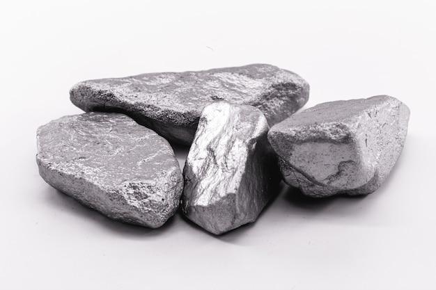 Платина, необработанные камни. драгоценный металл, используемый в промышленности, химический элемент