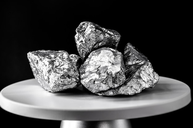 백금 석, 전자 저울. 산업에서 사용되는 금속. 미네랄 추출 개념.