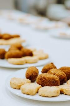 Plato de croquetas caseras de puchero y nuggets