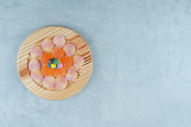 대리석에 사탕 몇 조각을 곁들인 모듬 마멜 레이드 플래터.