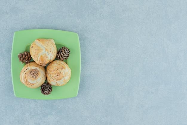 松ぼっくりの盛り合わせと大理石の小さなケーキ。