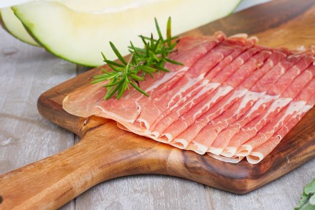 スペインの塩漬けハムハモンの盛り合わせがメロンでクローズアップ