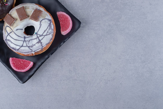 대리석 표면에 도넛과 마멜 레이드가 들어간 플래터