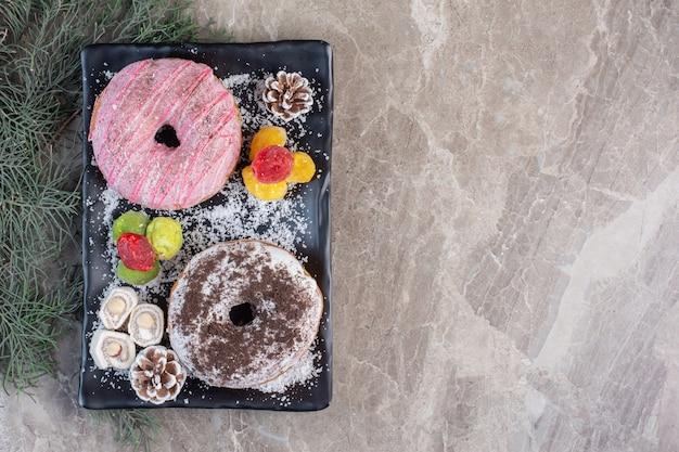 大理石にロクム、ドーナツ、松ぼっくり、マーマレードを添えた大皿。