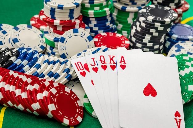 カジノのチップとトランプのクローズアップ