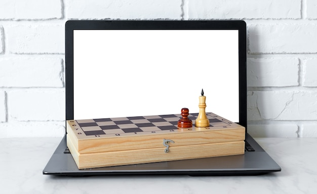 ラップトップでチェスをオンラインでプレイします。インターネットを介してチェスをすることを学ぶ。