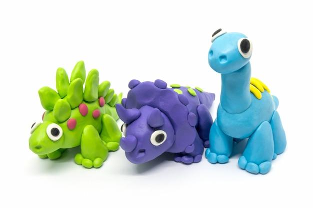 Группа пластилин брахиозавр, трицератопсон, стегозавр, на белом изолированные
