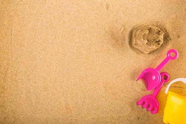 Gioca vicino al castello di sabbia
