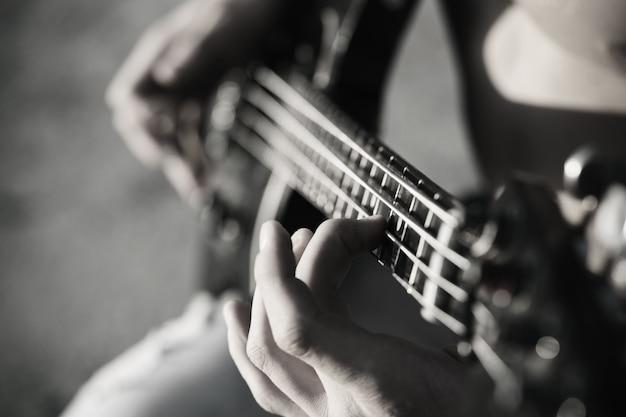 기타를 연주하다. 라이브 음악 배경입니다. 음악 축제. 무대와 밴드의 악기. 음악 개념입니다. 전자 기타. 검정색과 흰색.