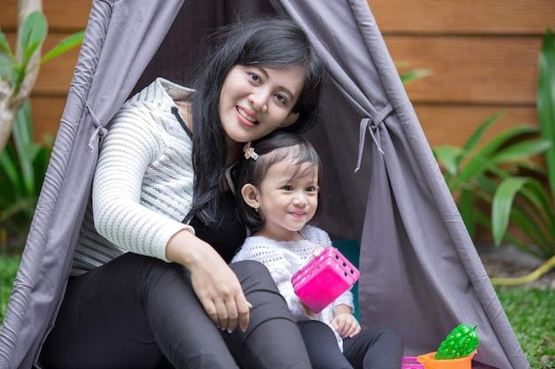 텐트에서 어머니와 함께 장난감을 재생