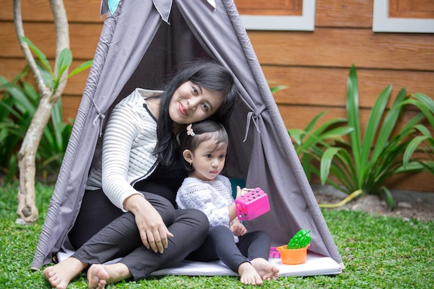 Играть в игрушки с мамой в палатке