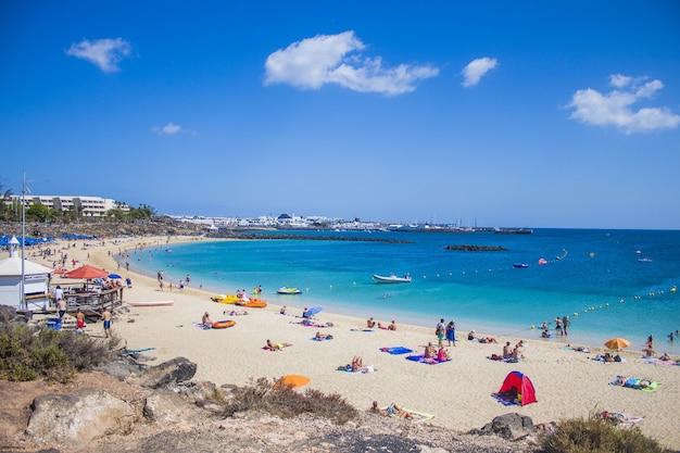 Lanzarote의 플라 야 블랑카, 맑은 하늘과 여름 오후