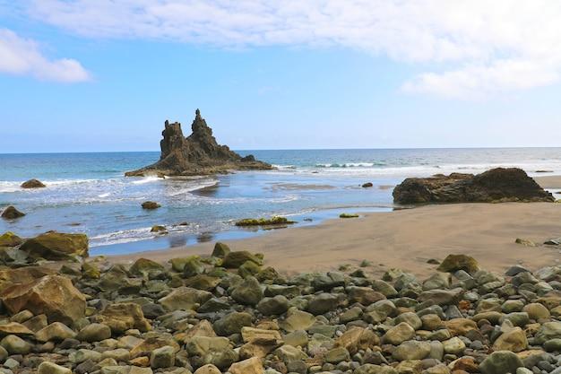Пляж плайя де бенихо с черным песком на тенерифе