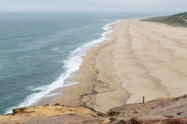 Плайя-дель-норте. место, где разбиваются самые большие волны в мире. рай для серферов.