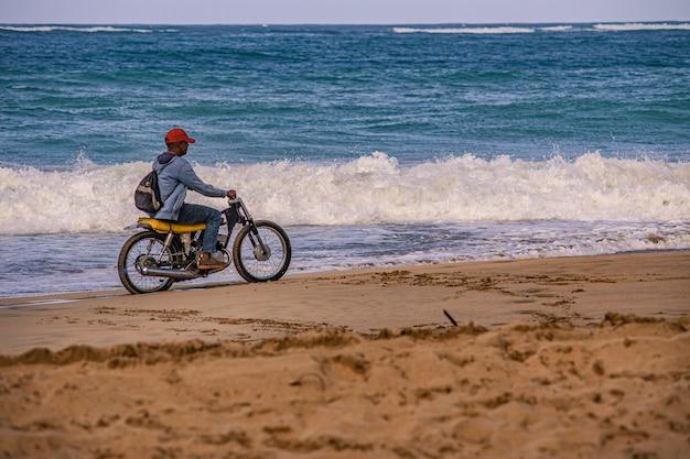 プラヤリモン、ドミニカ共和国2019年12月28日:カリブ海のビーチのバイカー
