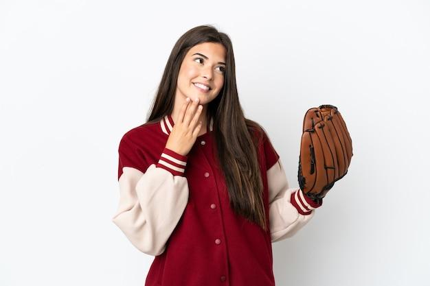 Бразильская женщина игрок с бейсбольной перчаткой, изолированные на белом фоне, глядя вверх, улыбаясь